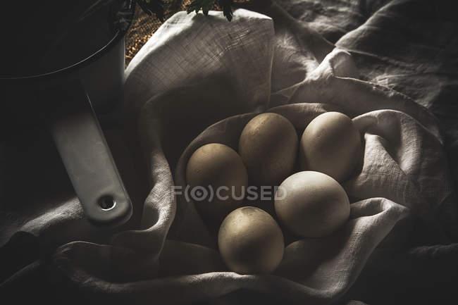 D'en haut oeufs chiken sur table rustique avec cuillère — Photo de stock