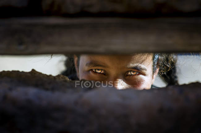 Дівчина дивиться через отвір в руїнах — стокове фото