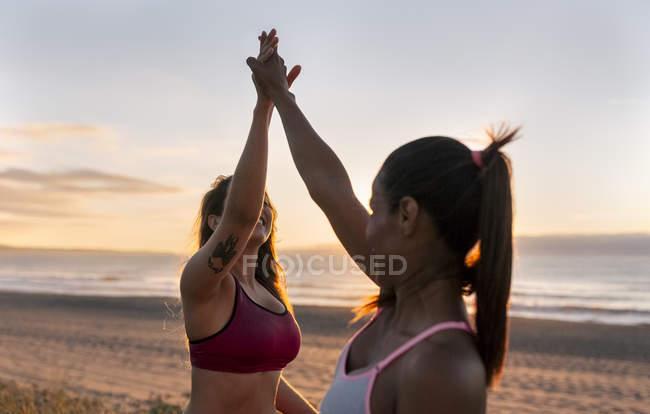 Fitness femmes donnant haute cinq — Photo de stock