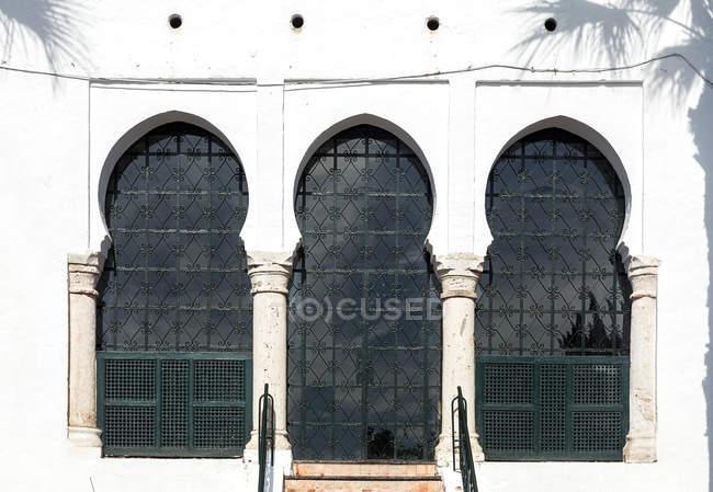 Vista exterior de la fachada oriental ornamentada - foto de stock