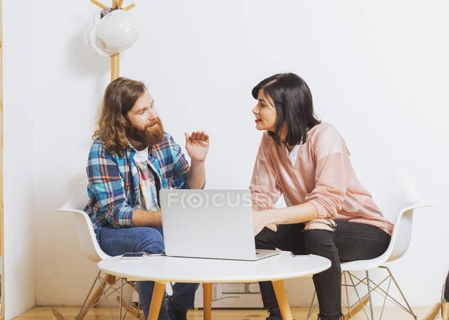 Homem e mulher usando laptop — Fotografia de Stock
