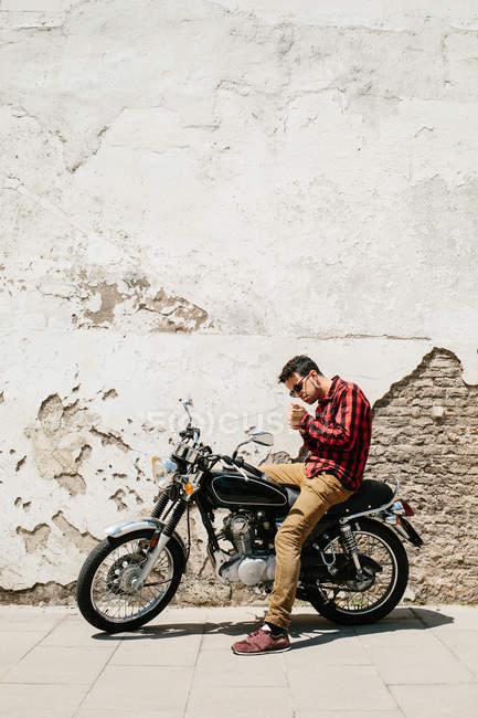 Man smoking on bike — Stock Photo