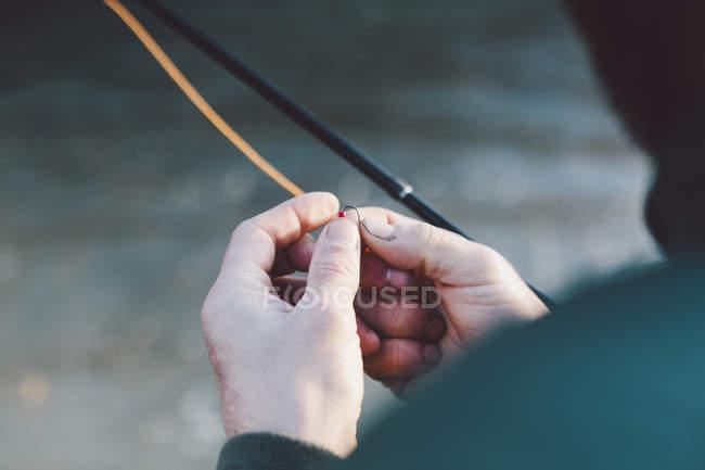 Gancho de hombre handspreparing de cultivo para la pesca - foto de stock