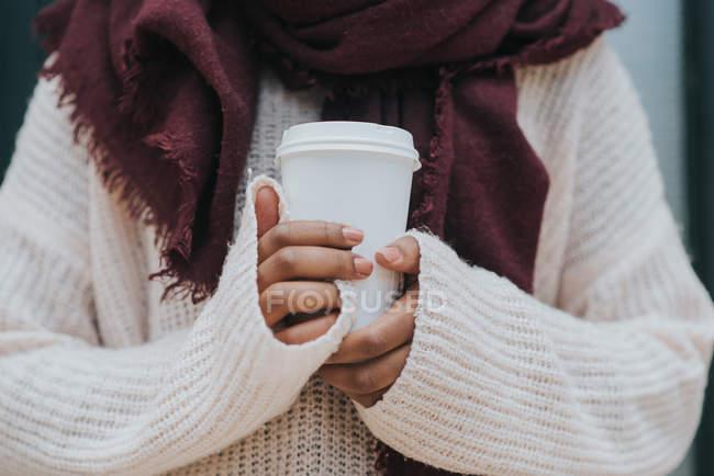Средний вид на женские руки с чашкой кофе — стоковое фото
