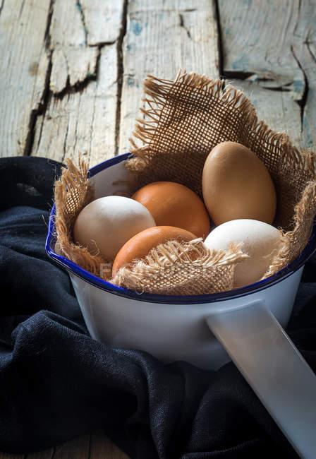 Natureza morta de ovos em saque em colher metálica — Fotografia de Stock