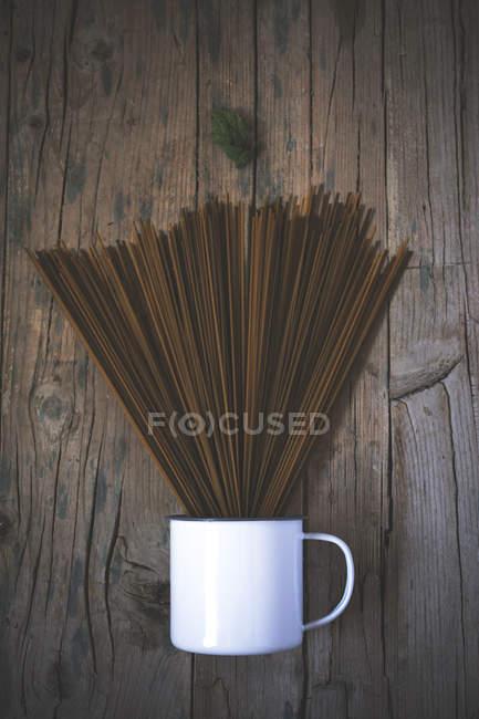 Ржаные спагетти в чашке — стоковое фото