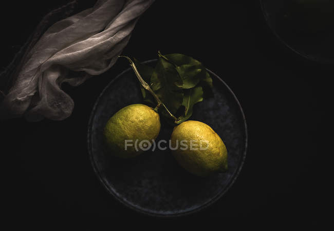 View of lemons on plate — Stock Photo