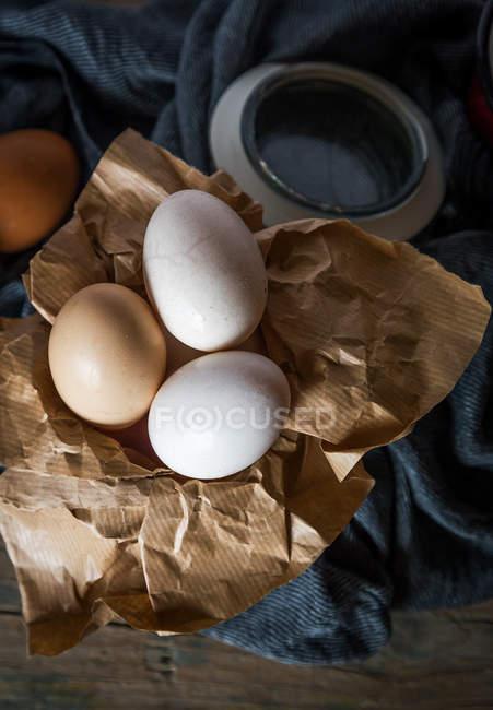 Directement au-dessus de la vue des œufs sur papier brun — Photo de stock