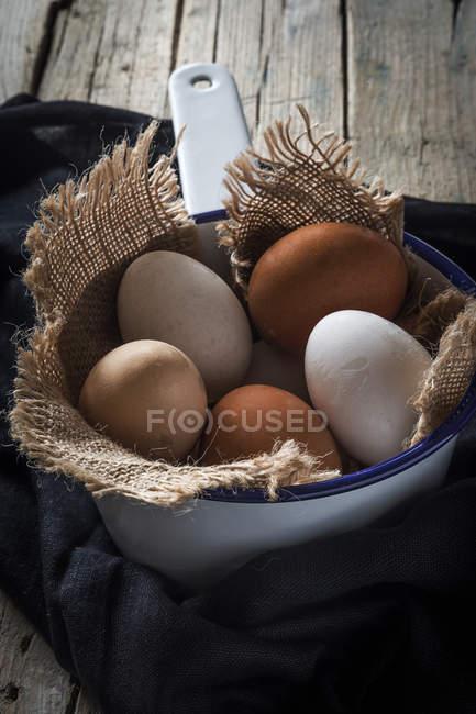 Cinq œufs sur le sac dans une cuillère en métal — Photo de stock