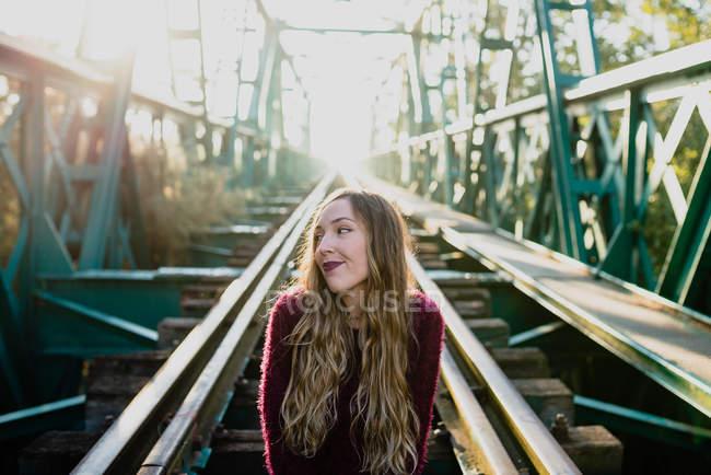 Девушка с ухмылкой и взглядом . — стоковое фото