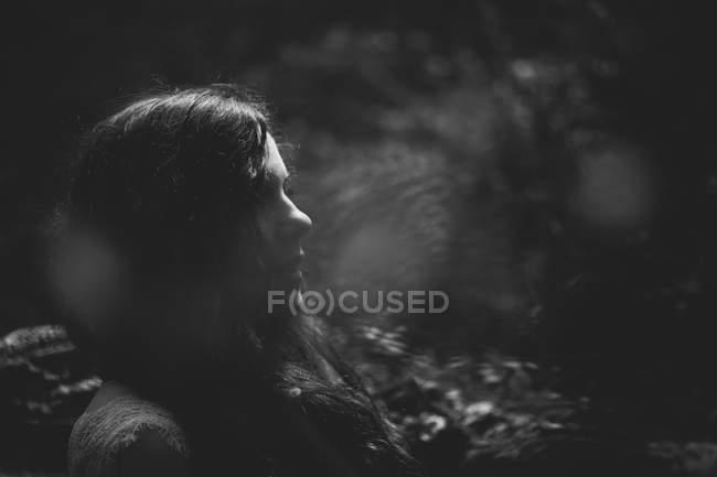 Vista lateral da menina Serena no bosque — Fotografia de Stock