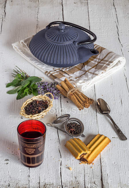 Thé arabe et épices sur table blanche en bois — Photo de stock