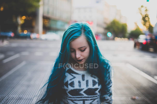 Verärgertes Mädchen mit blauen Haaren in der Großstadt — Stockfoto