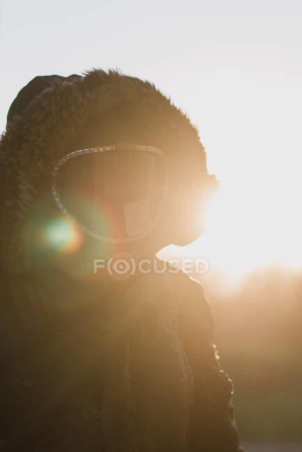 Портрет чоловіка пальто капот і протигаз в сільській місцевості — стокове фото