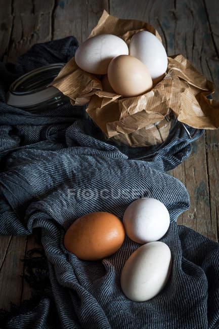 Nature morte des œufs de poulet sur tissu rural — Photo de stock