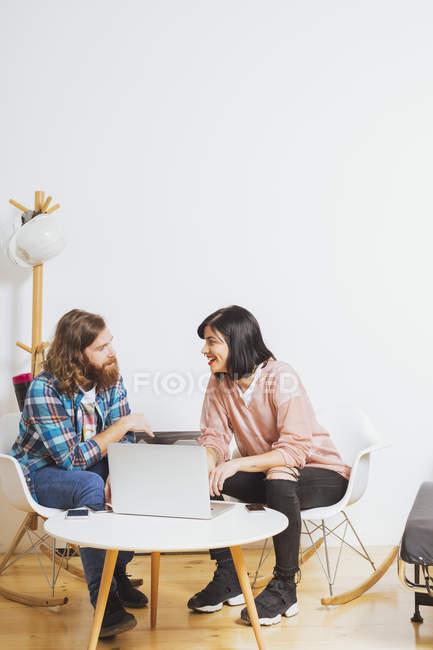 Homme et femme et conversation au bureau — Photo de stock
