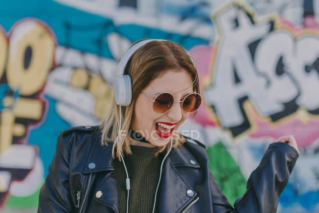 Дівчина співає в навушниках — стокове фото