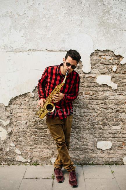 Jazzman suona il sax — Foto stock