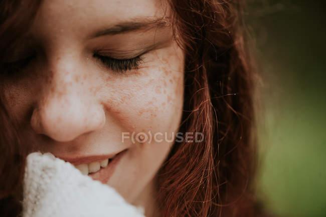 Портрет девушки-гиганта, улыбающейся с закрытыми глазами — стоковое фото