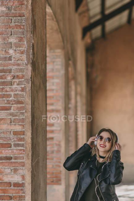 Дівчина в фотографіях хтось дивитися вбік навушники — стокове фото