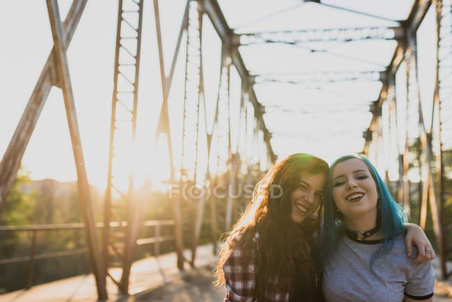 Mädchen, die sich umarmen und in die Kamera schauen. — Stockfoto