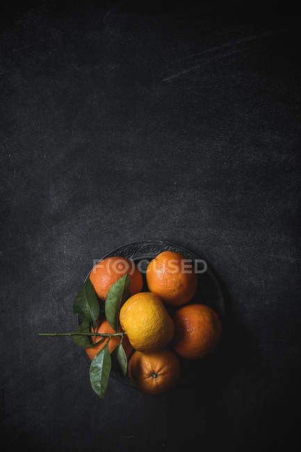Tangerines with leaves on table — Stock Photo