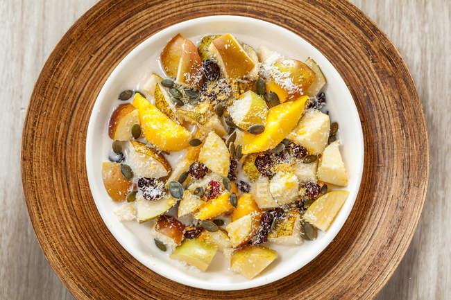 Salada de frutas com leite de coco para o café da manhã . — Fotografia de Stock