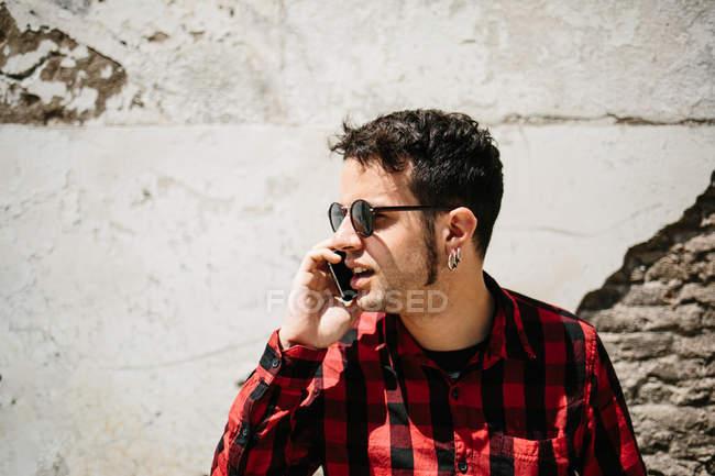 Man in sunglasses talking phone — Stock Photo