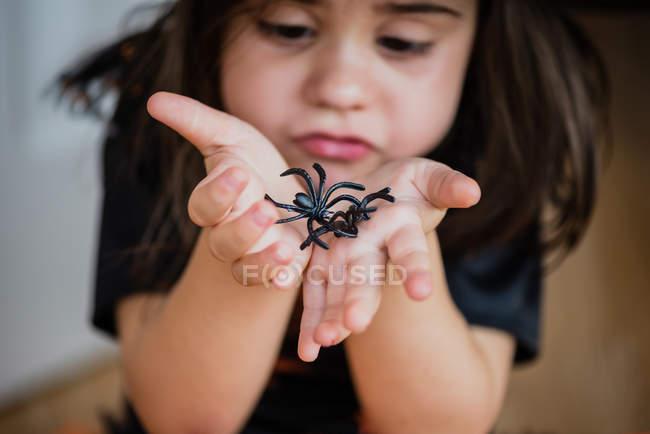 Deux fausses araignées de Girl holding — Photo de stock