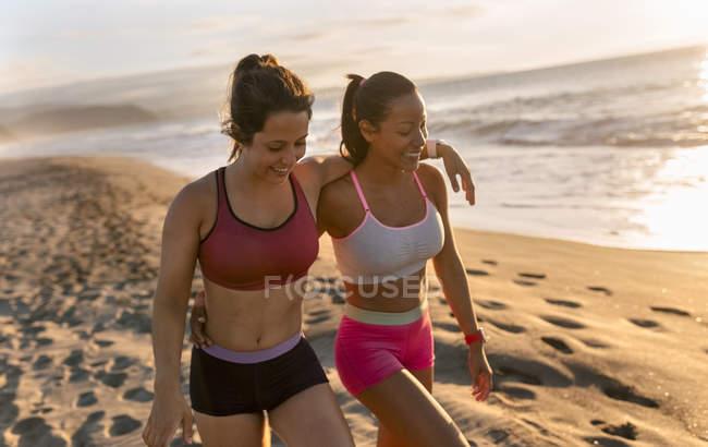 Две фитнес-женщины обнимаются — стоковое фото
