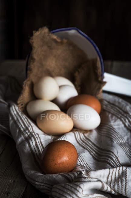 Natura morta di uova fresche in ambiente rurale — Foto stock