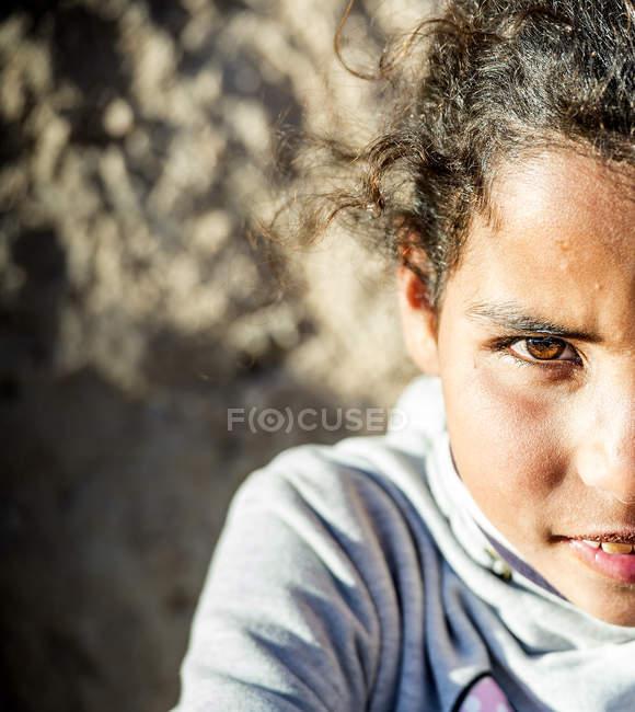 Arabe fille regardant caméra . — Photo de stock