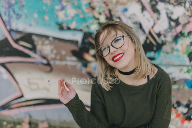 Дівчина в окулярів куріння сигарет — стокове фото