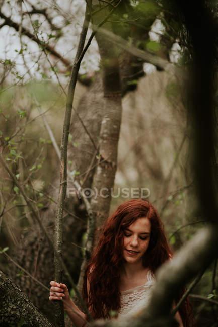 Голая девушка в белом позирует платье в лесу — pic 15