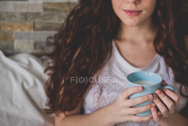 Ragazza in possesso di tazza blu — Foto stock