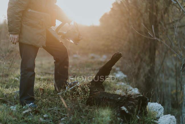 Immagine potata di uomo che tiene la maschera antigas in mano e fare un passo su vecchio legname — Foto stock
