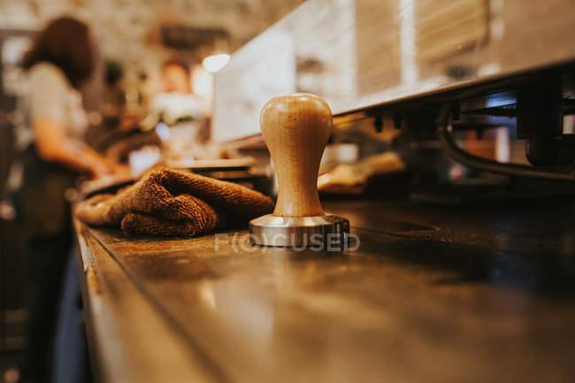 Закрыть вид кофеварки на прилавке кофейни — стоковое фото