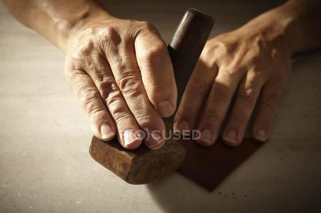 Artisan роботи з шкіри та інструменти — стокове фото