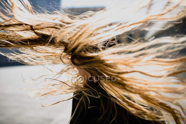Fliegende lange Haarlocke an städtischen Szene — Stockfoto