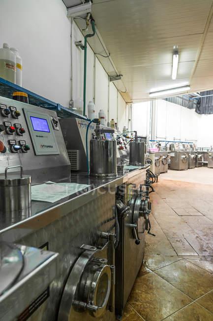 Промислове швейне обладнання в черзі в одяг виробництв — стокове фото