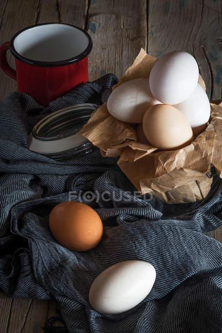 Натюрморт з курячі яйця на сільських таблиці — стокове фото