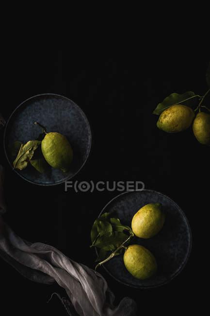 Vue de citrons sur plaques — Photo de stock