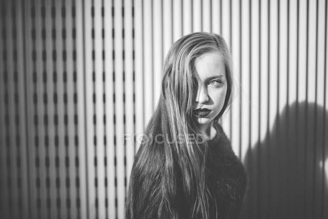 Ritratto di giovane ragazza che posa davanti alla macchina fotografica e guarda altrove — Foto stock