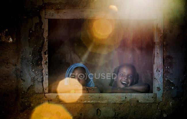 Веселые девушки, глядя из окна — стоковое фото