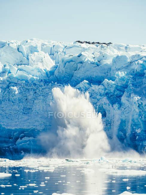 Spruzzi di ghiaccio vicino al ghiacciaio — Foto stock