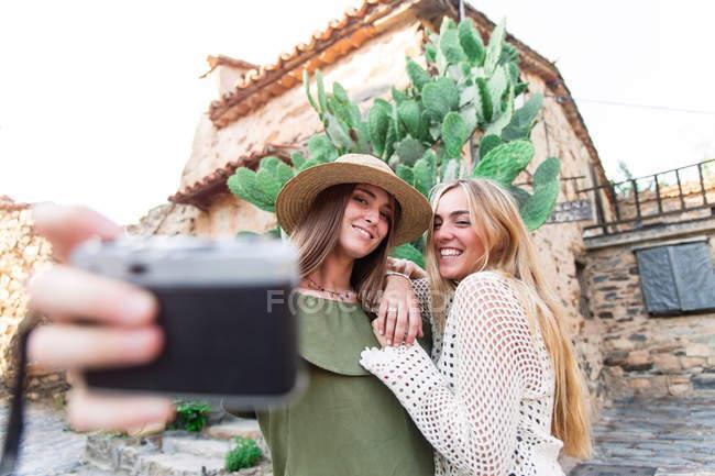 Девушки делают селфи на аналоговой камере — стоковое фото