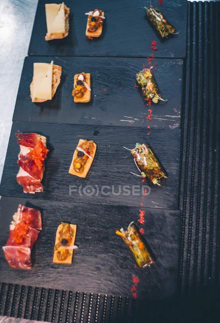 Набір смачні гурманів закусок на тарілки — стокове фото