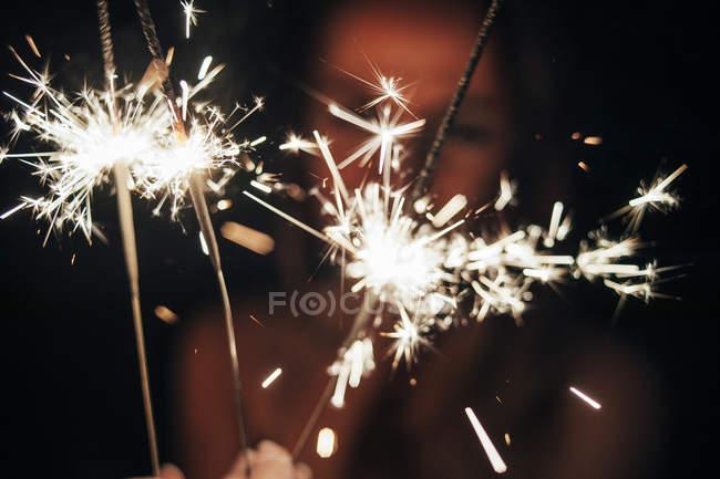 Lighting sparklers at night — Stock Photo