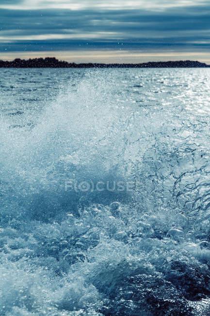 Raue See mit dunklem Wasser bei stürmischem Wetter. — Stockfoto