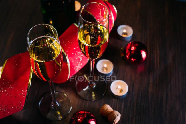 Келихи шампанського зі свічками — стокове фото